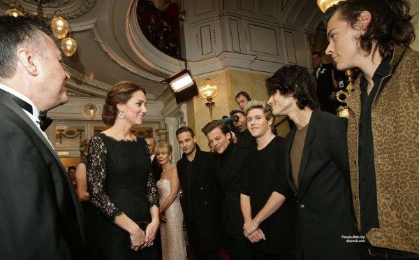 """Harry Styles, Liam Payne, Niall Horan, Louis Tomlinson et Zayn Malik ont fait la rencontre du duc, le prince William et la duchesse de Cambridge avant de leur performance pendant la cérémonie """"2014 Royal Variety Performance""""  au Palladium de Londres.  ( jeudi soir (Novembre 13) à Londres, en Angleterre.)"""