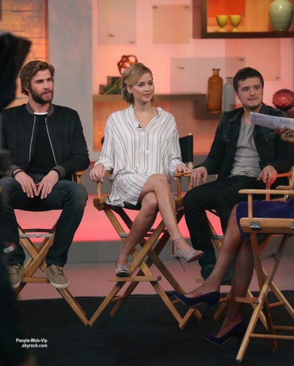 """Jennifer Lawrence, Liam Hemsworth et Josh Hutcherson pendant une interview pour l'émission Good Morning America pour faire la promo de leur film """"The Hunger Games: Mockingjay Part 1"""" (jeudi matin (13 Novembre) à New York.)"""