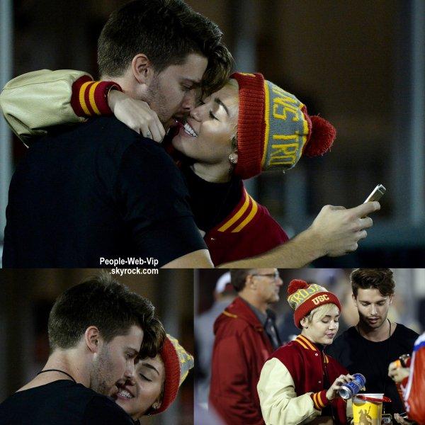 ILS SONT EN COUPLE ! Miley Cyrus confirme sa relation avec Patrick Schwarzenegger ! Ils se sont embrasser pendant un match de football USC  (jeudi soir (Novembre 13) à Los Angeles Memorial Coliseum de Los Angeles.)