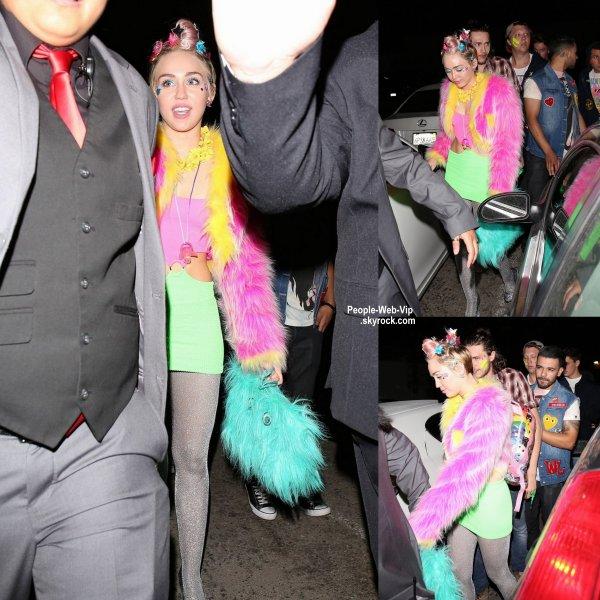 Miley Cyrus aperçue dans les rues de Madhouse Beacher à Hollywood entouré par ses amis. (samedi soir (22 Novembre)