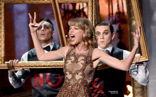 """- AMERICAN MUSIC AWARDS 2014 - PERFORMANCES -  Jessie J, Nicki Minaj, et Ariana Grande sur la scène des American Music Awards 2014 pour interpreter eur hit """"Bang Bang"""" pour la foule excitée!   (au Nokia Theatre LA Live le dimanche (23 Novembre) à Los Angeles.)"""