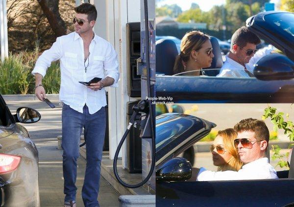 Quelques mois après son divorce avec Paula Patton, le chanteur Robin Thicke, 37 ans, a été aperçu avec sa nouvelle petite amie Avril Love Geary, qui a 19 ans. ( vendredi (Novembre 28) à Malibu, en Californie.)