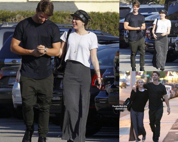 Patrick Schwarzenegger met son bras autour de sa petite amie Miley Cyrus dans les rues de Malibu. ( samedi soir (Novembre 29) à Malibu, en Californie.)