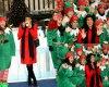 """Rosario Dawson est entouré d'Elfes lors du lancement de la campagne """"Give With Gusto """" avec Nescafé  ( mardi (2 Décembre) à New York City.)"""