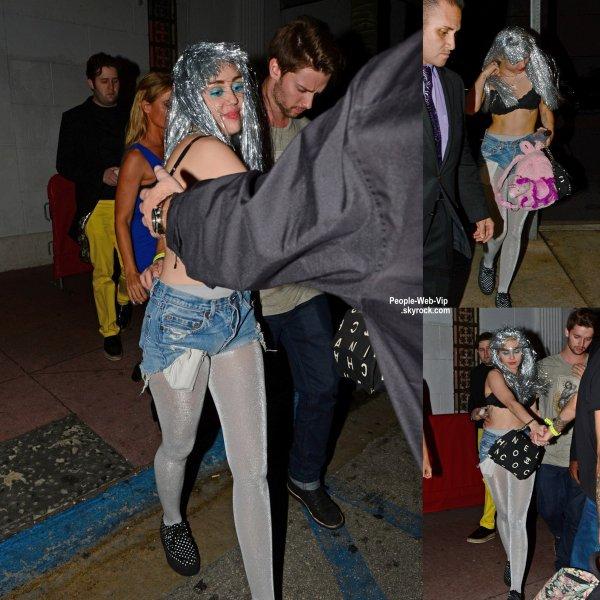 Miley Cyrus dans une tenue encore loufoque que d'habitude a été aperçue avec son copain Patrick Schwarzenegger près d'une discothèque. ( mercredi soir (3 Décembre) à Miami, en Floride.)