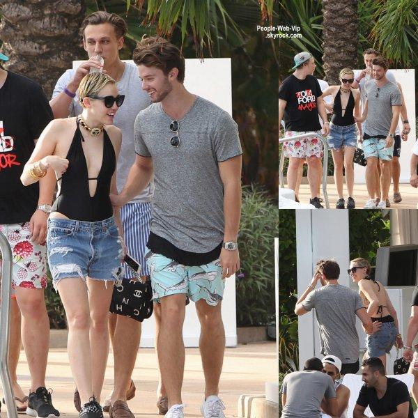 """Miley Cyrus a été aperçue avec son petit ami Patrick Schwarzenegger lors de la soirée """"Jeremy Scott & Moschino Party """"  ( jeudi (4 Décembre) à Miami Beach, en Floride.)"""