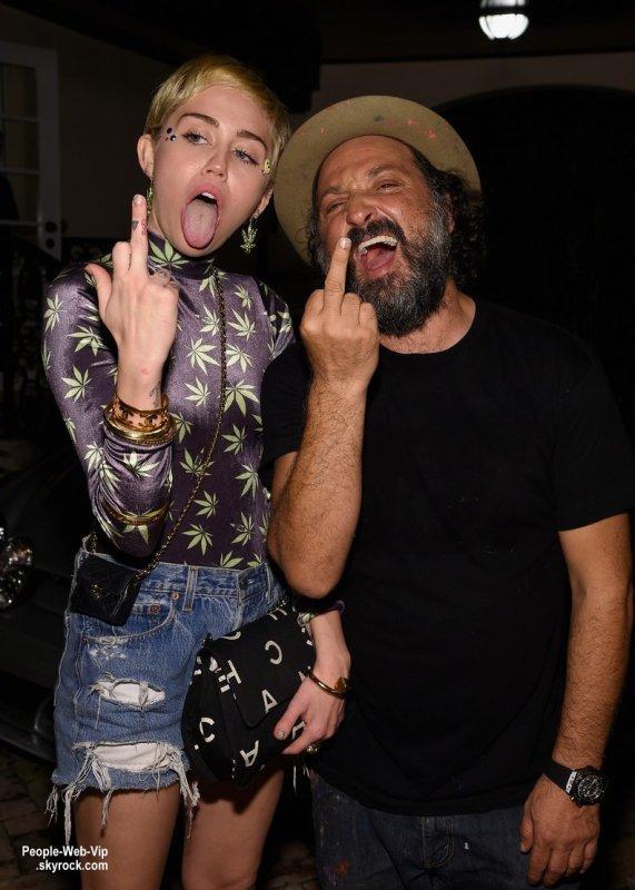 """Miley Cyrus prend la pose lors de la soirée """"Haute Living Presents Hublot """"Time Is Beautiful"""" """" lors de l'événement Art Basel 2014. Miley a été rejoint à l'événement par son copain Patrick Schwarzenegger mais aussi Eva Longoria. (vendredi (5 Décembre) à un domaine privé à Miami, en Floride.)"""