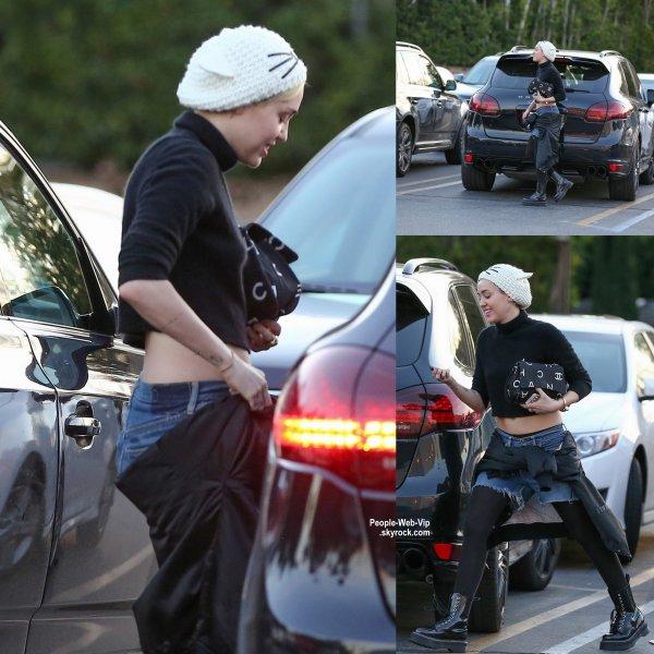 Miley Cyrus a été aperçue dans les rues de Californie après une virée shopping. ( mardi (9 Décembre) à Studio City, en Californie.)
