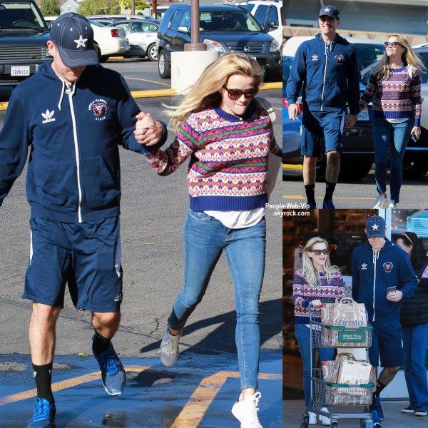 Reese Witherspoon a été rejointe par son mari Jim Toth au supermarché Bristol Farms. (samedi après-midi (13 Décembre) à Los Angeles.)
