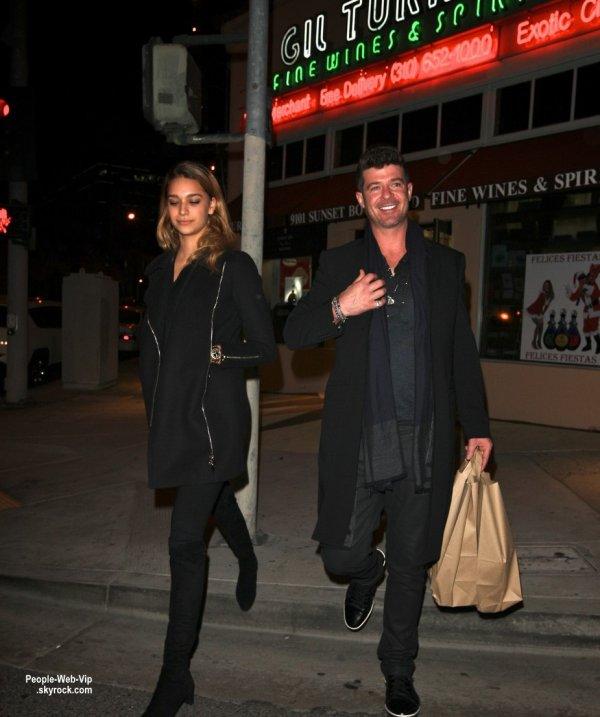 Robin Thicke officialise sa relation avec le mannequin de 19 ans, April Love Geary. Ils ont été aperçus dans les rues de West Hollywood. (mardi (23 décembre) à West Hollywood, en Californie.)