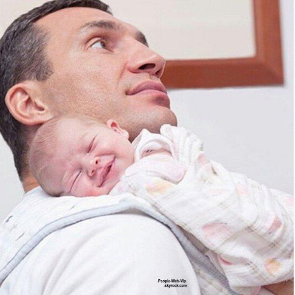"""""""#family #klitschko #newyear""""  Hayden Panettiere et son fiancé, le boxeur Vladimir Klitschko dévoile de nouvelles photos de leur fille Kaya pour le magazine """"PEOPLE"""" Qu'en pensez vous ?"""
