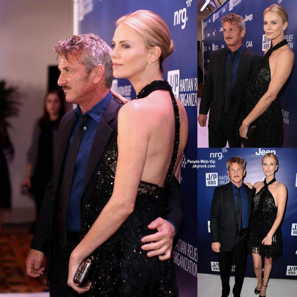 "Charlize Theron marche le tapis avec son petit ami (et fiancé selon une rumeur!) Sean Penn lors du gala ""2015 Sean Penn & Friends Help Haiti Home Gala"".  Selon une rumeur, Charlize serait enceinte, d'ou cette bosse ! Baby bump?  ( samedi (10 Janvier) à Los Angeles.)"