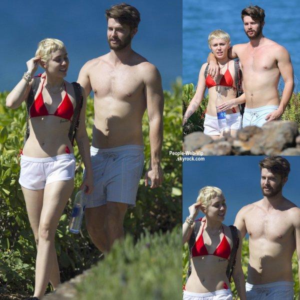 Miley Cyrus a été aperçue aux côtés de son petit ami Patrick Schwarzenegger, torse nu, forcément,  pendant leur vacances à Hawaii. (dimanche après-midi (Janvier 18) à Maui, Hawaii.)