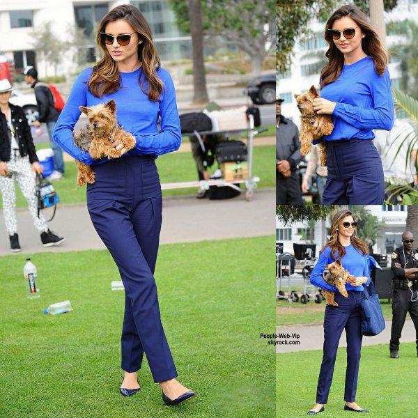 Miranda Kerr a été aperçue à Santa Monica sur le tournage d'une publicité avec un adorable chiot . (jeudi après-midi (5 Février) à Santa Monica, en Californie.)