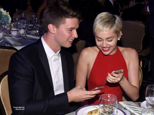 """Miley Cyrus a été aperçue à l'Hôtel Beverly Hilton lors de la soirée """"Clive Davis' Pre-Grammy Gala and Salute To Industry Icons"""". La chanteuse a été rejoint lors de l'événement par son petit ami Patrick Schwarzenegger. Elle a  poser pour une photo avec Ciara. (samedi soir (7 Février) à Beverly Hills, en Californie.)"""