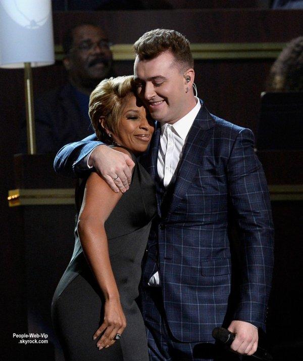 """- LES GRAMMY's AWARDS 2015 - LES PERFORMANCES      Sam Smith sur la scène pour une performance live de sa chanson """"Stay With Me"""" lors des Grammy Awards 2015. Le chanteur britannique a été rejoint sur scène par la chanteuse légendaire Mary J. Blige. (dimanche (8 Février) à Los Angeles.)"""
