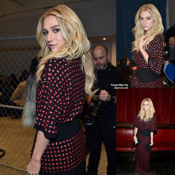 """Kesha prend la pose avant de se rendre au show """"Edie Parker"""" pendant la Fashion Week Mercedes-Benz  (vendredi soir (13 Février) à New York City.)"""