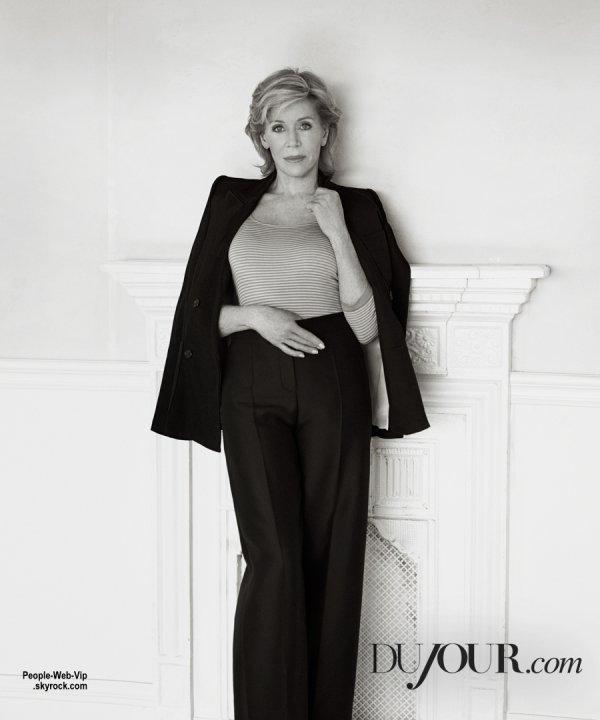 Jane Fonda pose sur la couverture en noir et blanc du numéro du printemps du magazine