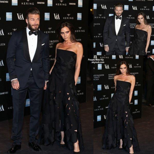 """David Beckham tient la main de sa femme Victoria Beckham lors du """"Alexander McQueen: Savage Beauty Fashion Gala""""   (au V & A, le jeudi (12 Mars) à Londres, en Angleterre.)"""