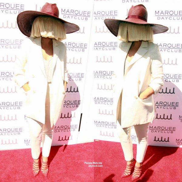 """Kourtney Kardashian aperçue sur le tapis rouge lors du """" Marquee Dayclub Season Preview"""". Sia, qui a gardé son visage couvert avec sa perruque blonde emblématique et un énorme chapeau était aussi présente. ( samedi après-midi (21 Mars) à Las Vegas.)"""