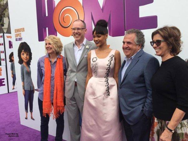 """Rihanna aperçue sur le tapis rouge à la première de son film """" Home"""" au Regency Village Theatre  (dimanche après-midi (22 Mars) à Westwood, en Californie.)"""