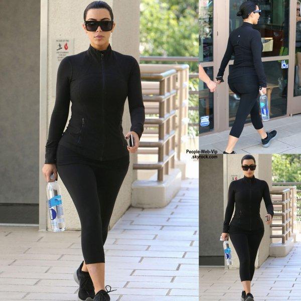 Kim Kardashian est de nouveau brune. Elle a été aperçue dans les rues de la Californie. (jeudi après-midi (26 Mars) à Sherman Oaks, en Californie.)