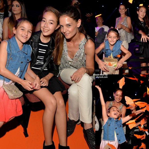 """Katie Holmes a été aperçue avec sa fille Suri Cruise lors de la cérémonie des """"2015 Kids' Choice Awards""""  (samedi (28 Mars) à Los Angeles.)"""