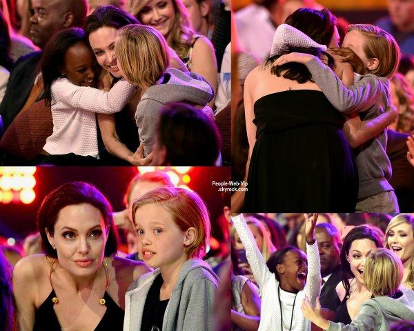 """Angelina Jolie et ses enfants lors de la cérémonie des """" 2015 Kids' Choice Awards""""  ( samedi (28 Mars) à Los Angeles.)"""