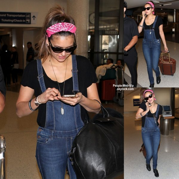 Nina Dobrev aperçue à l'aéroport de LAX à Los Angeles  (vendredi soir (27 Mars)