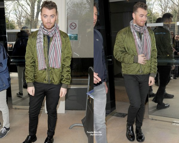 Sam Smith a été aperçu dans les rues de Paris après avoir fait une apparition dans l'émission Vivement Dimanche  (mercredi (Avril 1) à Paris, France.