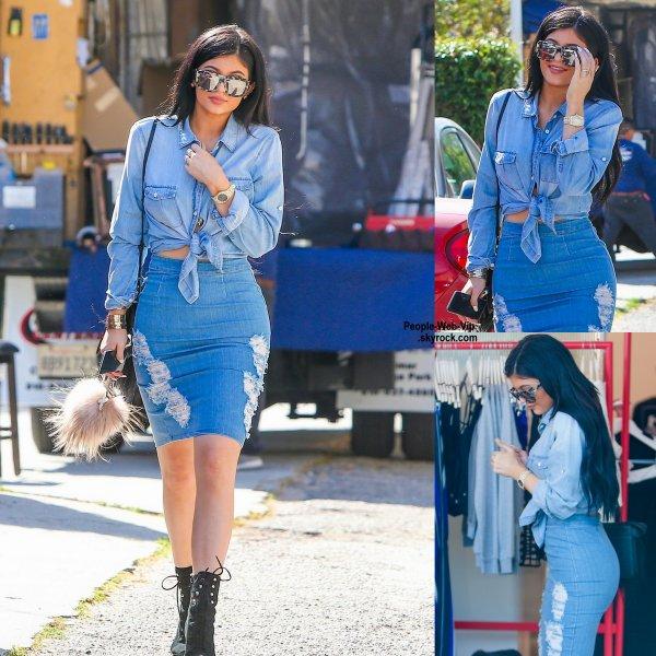 Kylie Jenner a été aperçue dans les rues de la Californie. ( mardi après-midi (31 Mars) à West Hollywood, en Californie.)