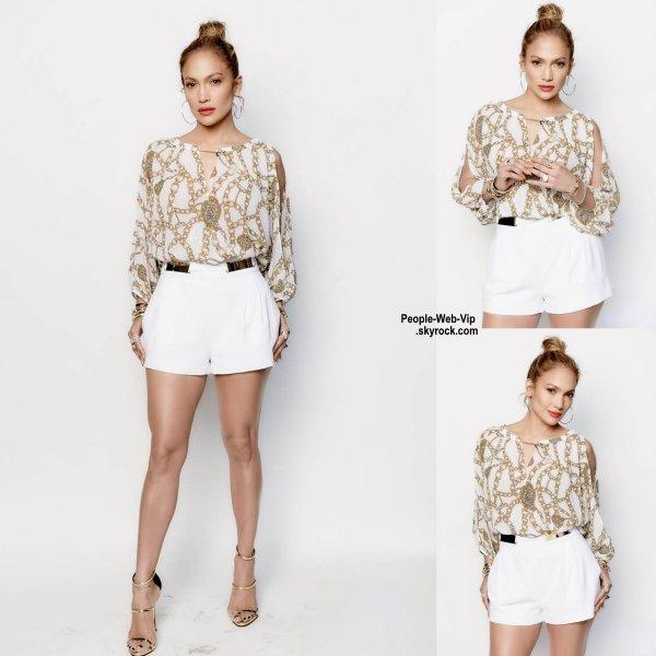 Jennifer Lopez prend la pose dans les studios de l'émission d'American Idol lors d'un enregistrement d'un épsiode. ( mercredi (1 Avril) à Los Angeles.)