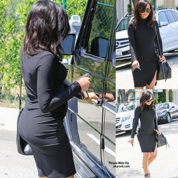 Naya Rivera a été aperçue avec son baby bump dans une petite robe noire dans les rues de la Californie. (mercredi (1 Avril) à Beverly Hills, en Californie.)