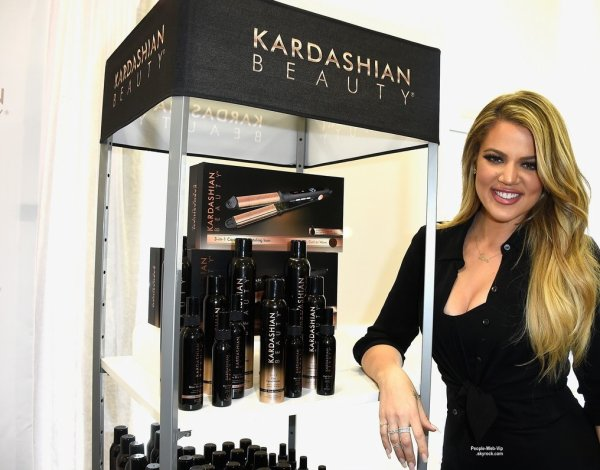 "Khloe Kardashian prend la pose au ULTA Beauty pour faire la promo de la marque  ""Kardashian Beauty Hair Care And Styling Line"" ( jeudi (2 Avril) à West Hills, en Californie.)"