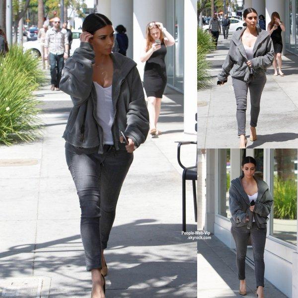 Kim Kardashian a été aperçue dans les rues de la Claifornie. ( lundi après-midi (6 avril) à Beverly Hills, en Californie.)