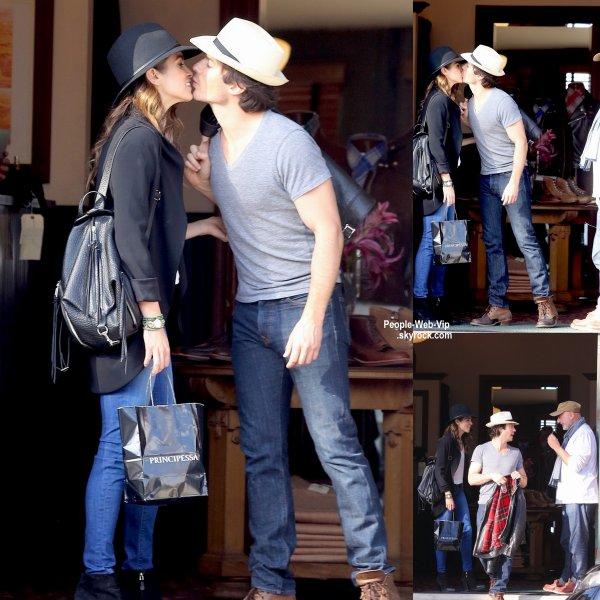 Ian Somerhalder et Nikki Reed s'embrassent lors d'une virée shopping au magasin Stronghold  (lundi (6 Avril) à Venise, en Californie.)