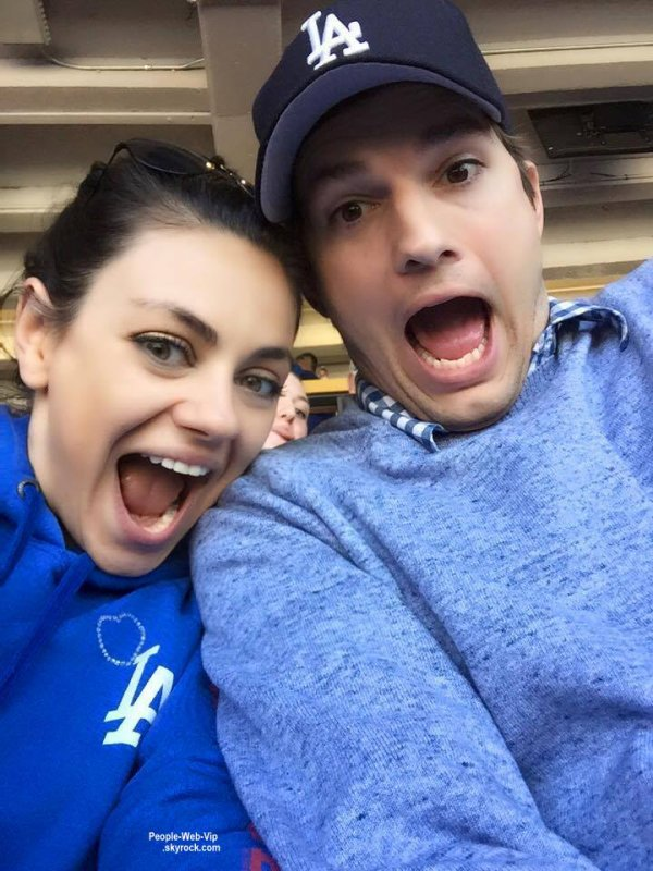 Ashton Kutcher a partager sur sa page Facebook un seifle avec sa femme Mila Kunis lors d'un match. (lundi (7 Avril).