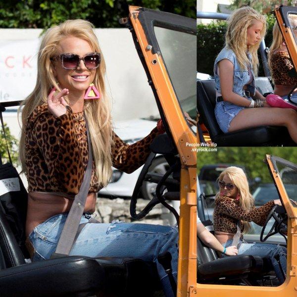 Britney Spears prend la place dans une Jeep orange pendant le tournage d'un vidéo. L'artiste a été rejoint par Iggy Azalea. (jeudi (9 Avril) à Studio City, en Californie.)