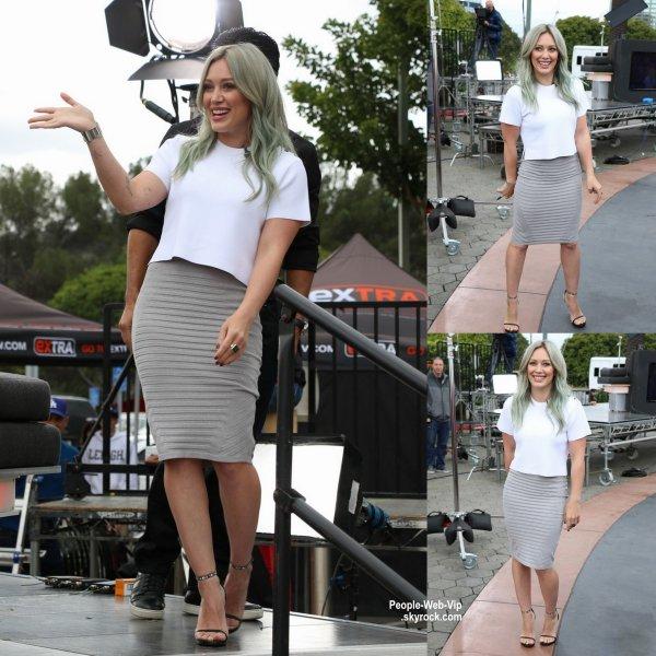"""Hilary Duff arrive à l'émission """" Extra """" pour promouvoir son nouveau show """"Younger """"  (mardi après-midi (7 Avril) à Universal City, en Californie.)"""