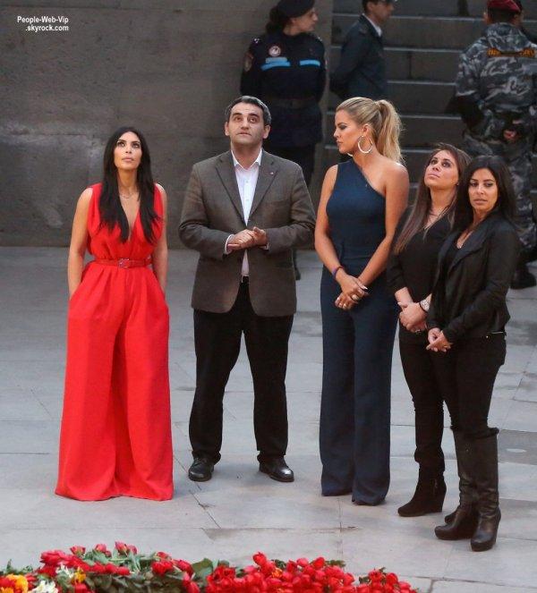 Kim Kardashian a été rejoint avec sa soeur Khloe, et ses cousines  Kourtni et de Kara en visitant un mémorial en Arménie. (vendredi après-midi (10 Avril) à Erevan,)
