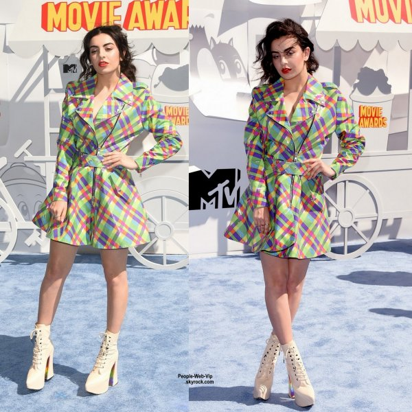 "- 2015 MTV Movie Awards - Charli XCX, Cara Delevingne, Jessie J, Kelly Osbourne, Amber Rose, Rebel Wilson, Jennifer Lopez et  Scarlett Johansson sur le tapis bleu des ""2015 MTV Movie Awards""  au Nokia Theatre. (dimanche (12 Avril) à Los Angeles.)"