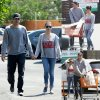 Ashton Kutcher et Mila Kunis se tiennent la main pendant une virée shopping à Los Angeles. (dimanche (12 Avril) à Los Angeles.)