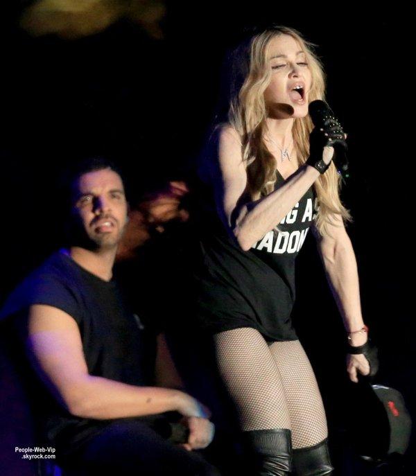 VIDÉO  - La chanteuse Madonna a joué la provocation en embrassant en plein concert le rappeur canadien Drake en clôture du festival Coachella, en Californie. Drake, visiblement éc½uré par cet échange salivaire avec la quinquagénaire, deux fois plus âgée que lui... REGARDEZ !