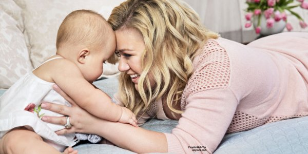 """Kelly Clarkson prend la pose avec sa fille de 10 mois, River pour le magazine """"Redbook""""  Qu'en pensez vous?"""