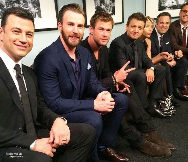 Le casting des Avengers: Age of Ultron - Chris Hemsworth, Chris Evans, Scarlett Johansson, Robert Downey Jr., Jeremy Renner et Mark Ruffalo - posent pour une photo pendant l'émission Jimmy Kimmel Live!  (lundi (13 Avril)