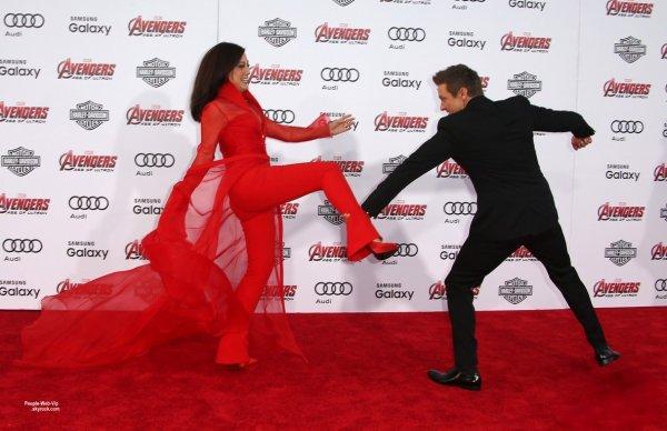 Jeremy Renner, Chris Evans, Robert Downey Jr. et sa femme Susan, Mark Ruffalo, Scarlett Johansson et Elizabeth Olsen , posent tous à la première de leur dernier film Avengers: Age of Ultron au Théâtre Dolby  (lundi (13 Avril) à Hollywood.)