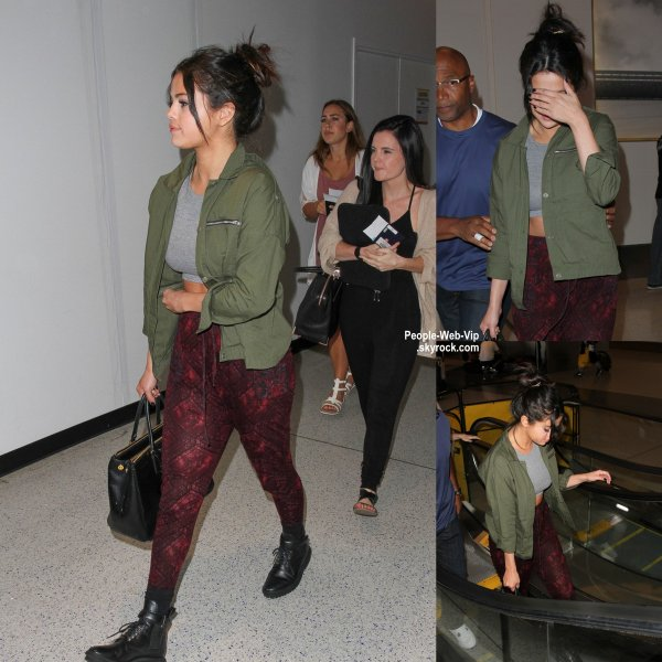 Selena Gomez a été aperçue à l'aéroport de LAX avec quelques amis après son arrivée  (mardi (14 Avril) à Los Angeles.)