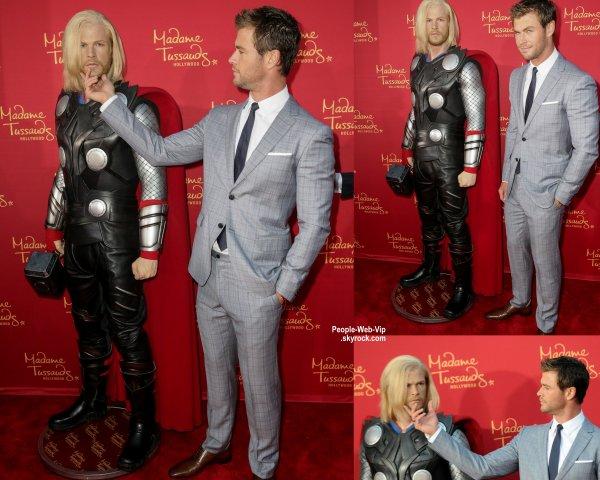 """Chris Hemsworth prend la pose avec sa statue de cire de lui-même """"Thor """" issu du Musée de Madame Tussaud  lors de la première de The Avengers: Age of Ultron  (lundi soir (13 Avril) au Dolby Theatre à Hollywood.)"""