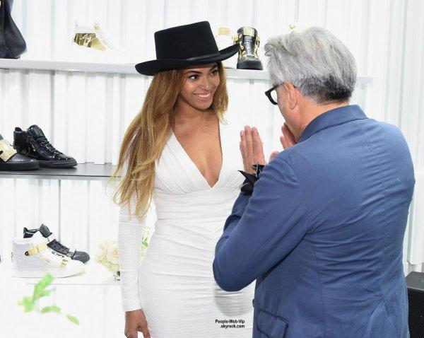 Beyonce a été aperçue dans sa robe blanche moulante à l'ouverture du nouveau magasin de Giuseppe Zanotti. La star a fait des emplettes dans le magasin et choisir les nouvelles chaussures élégantes avec le concepteur lui-même!  (mardi soir (14 Avril) à Beverly Hills, en Californie.)