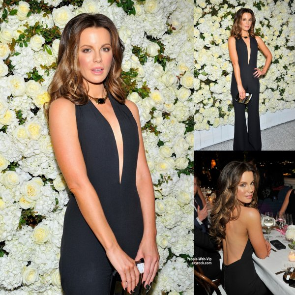 "Eva Longoria et Kate Beckinsale prennent la pose lors de l'événement de Victoria Beckham ""The Victoria Beckham Collection Celebration"" tenue chez Barneys New York. (mardi (14 Avril) à Beverly Hills, en Californie.)"